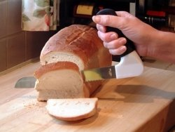 Nóż do chleba z wygodnym uchwytem